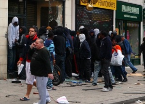 London-Riot-looters-and-onlookers-gathered-outside-a-foot-locker-on-walworth-road1
